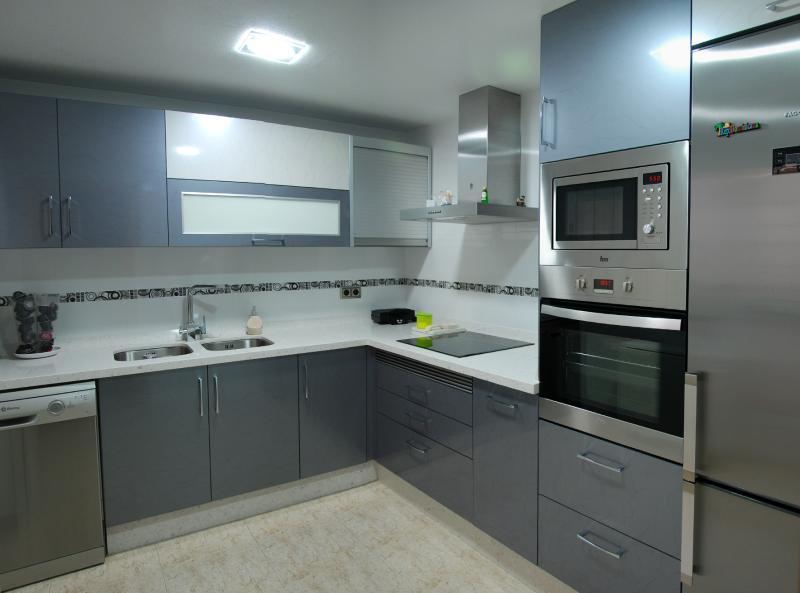 Cocina en color gris y blanco cocinas murcia for Muebles de cocina gris