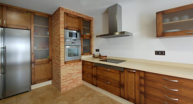 cocina clasica con columna en obra